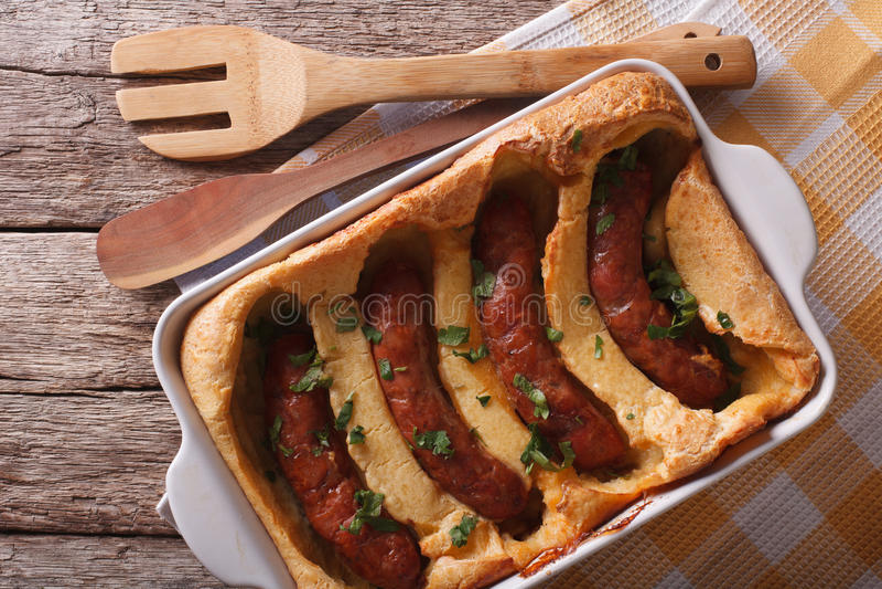 Salsicha cozida na pastelaria em um fim do prato acima vista superior horizontal fotografia de stock