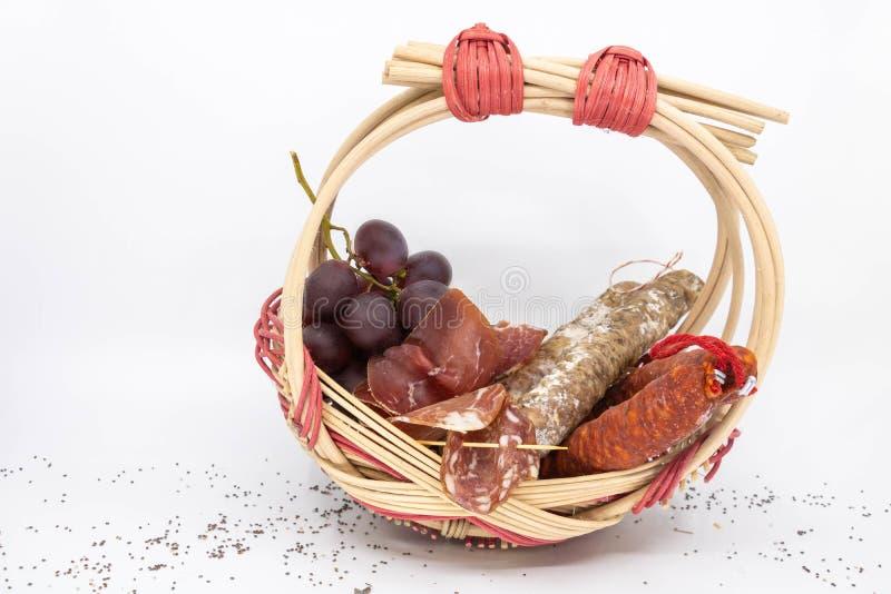Salsicha da salsicha do carro, salsicha seca, coppa, ‹do †do ‹do †do lonzu e do chouriço e uvas vermelhas, em um z fotografia de stock