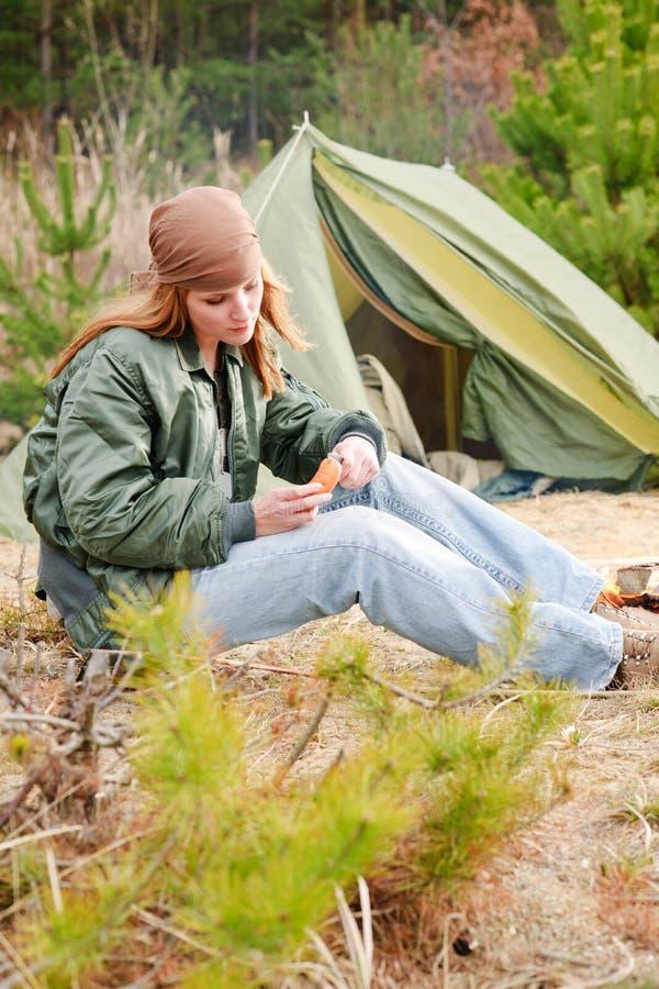 Salsicha de acampamento do corte da natureza da barraca da mulher foto de stock royalty free