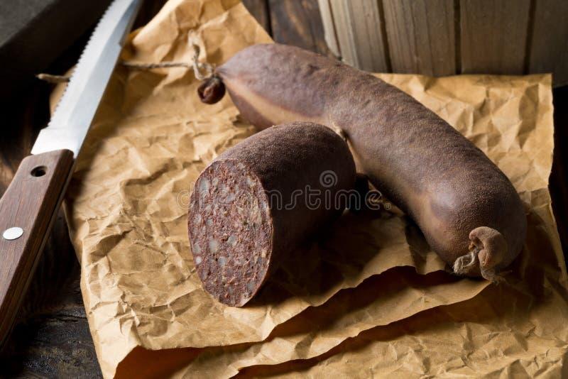 Salsicha de sangue alemão Blutwurst da especialidade na tabela de madeira fotos de stock