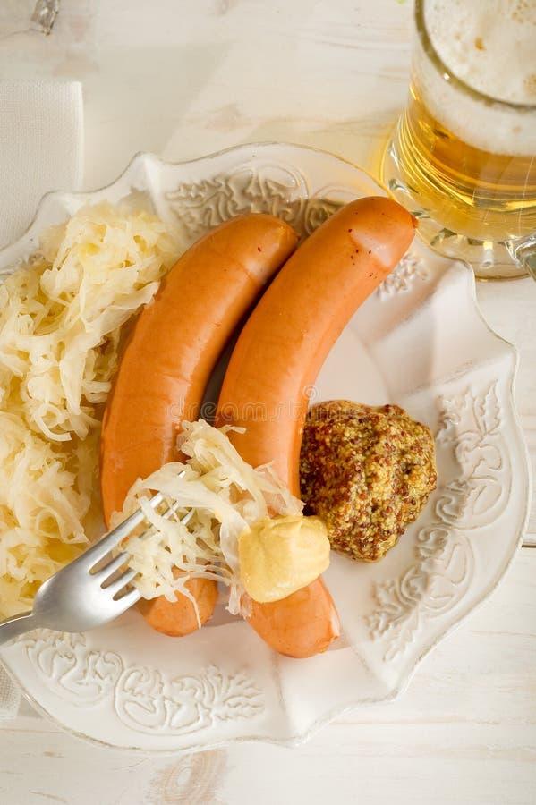 Salsicha de Wurstel com sauerkraut fotografia de stock