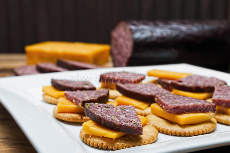 Salsicha do veado, jalapeno, queijo, biscoitos imagem de stock