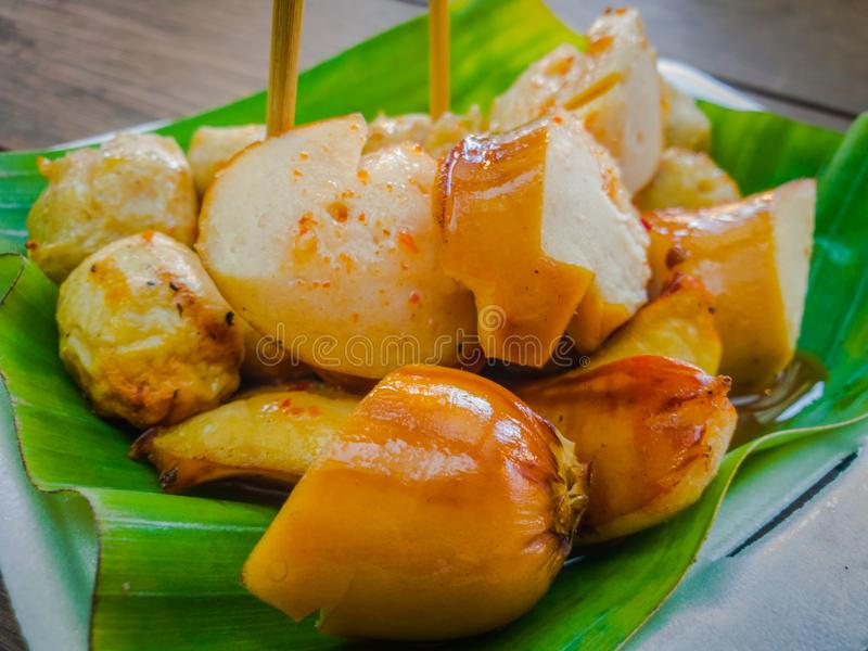 A salsicha e a almôndega na folha da banana Estilo tailandês, alimento tailandês da rua, hotdogs grelhados imagem de stock royalty free