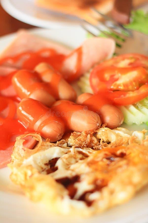 Salsicha e ovos do café da manhã: Foto centrando-se sobre um poin específico imagem de stock royalty free