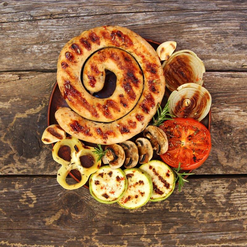 Salsicha e vegetais grelhados imagens de stock
