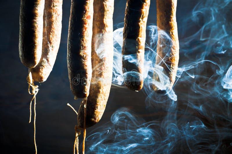 Salsicha fumada e suspendida fotografia de stock royalty free