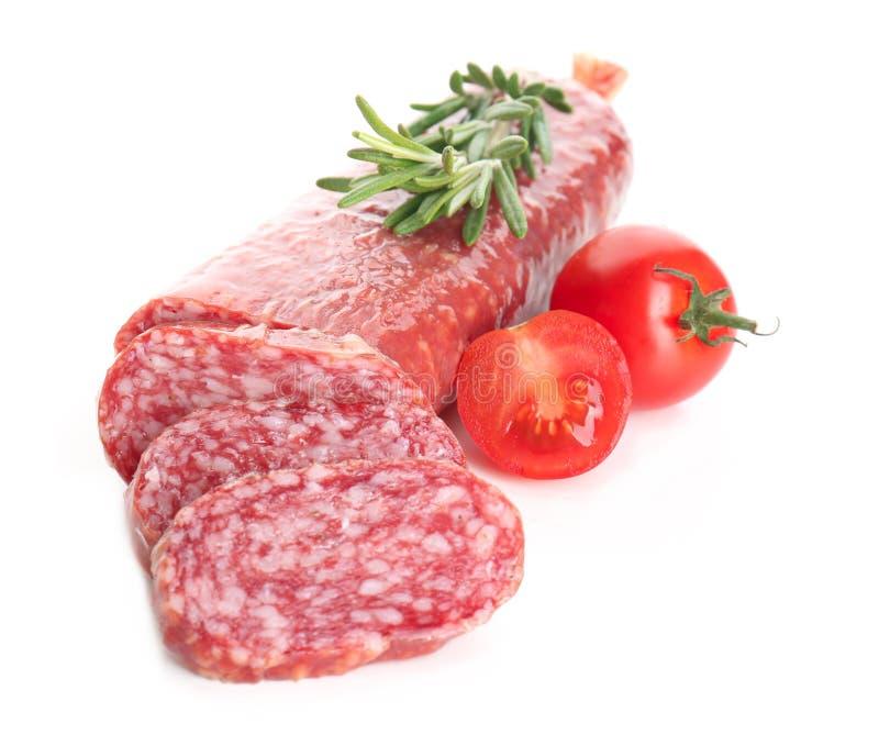Salsicha fumado cortada com tomates e alecrins no fundo branco fotografia de stock royalty free