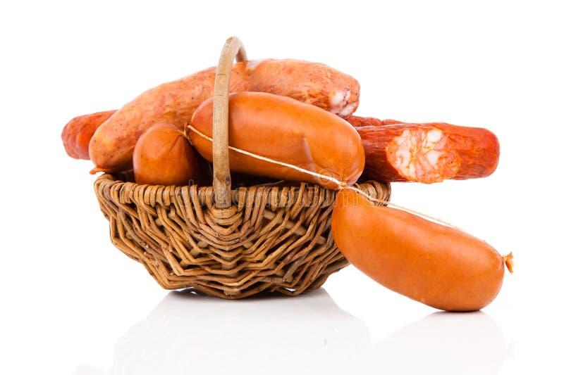 Salsicha fumado em uma corda na cesta fotografia de stock