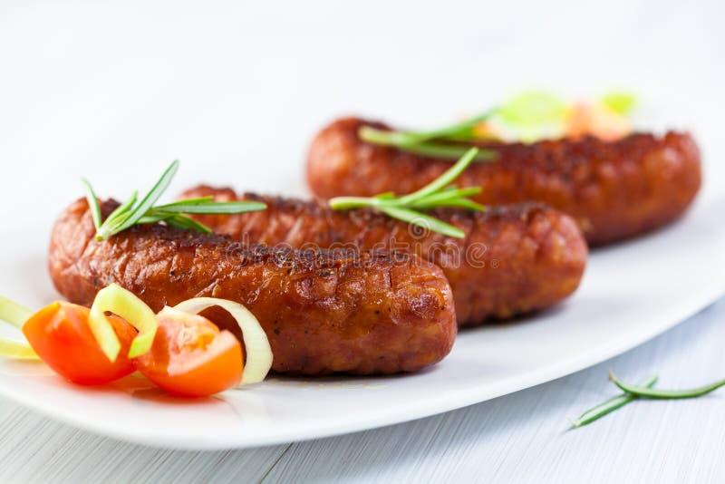 Salsicha grelhada com ervas e tomate de cereja foto de stock