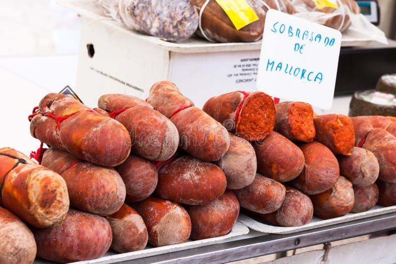 Salsicha maiorquina tradicional Sobrasada de Mallorca de Sobrassada para a venda na tenda do mercado de Sineu foto de stock