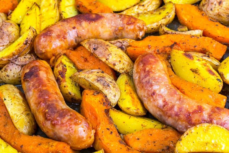 Salsicha natural com vegetais cozidos fotografia de stock