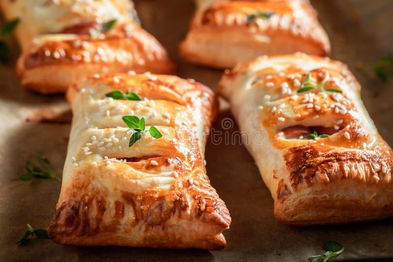 Salsicha saboroso na massa folhada como um petisco para o café da manhã foto de stock