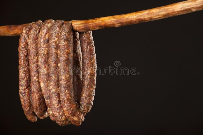 Salsicha tradicional doméstica fumado de suspensão fotografia de stock royalty free