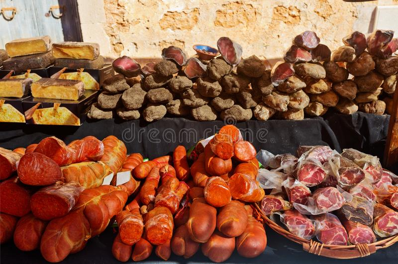 Salsicha tradicional Sobrasada e carne espasmódica no mercado fotos de stock