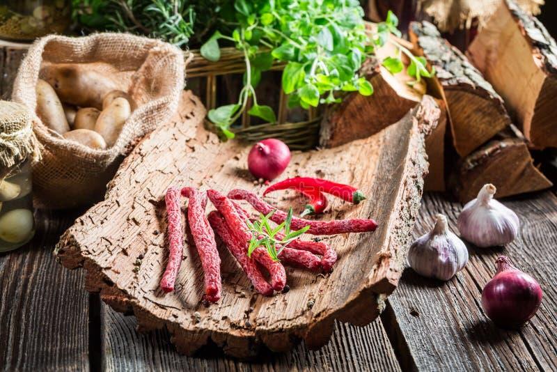 Salsichas caseiros dos kabanos no reservado rural imagens de stock royalty free
