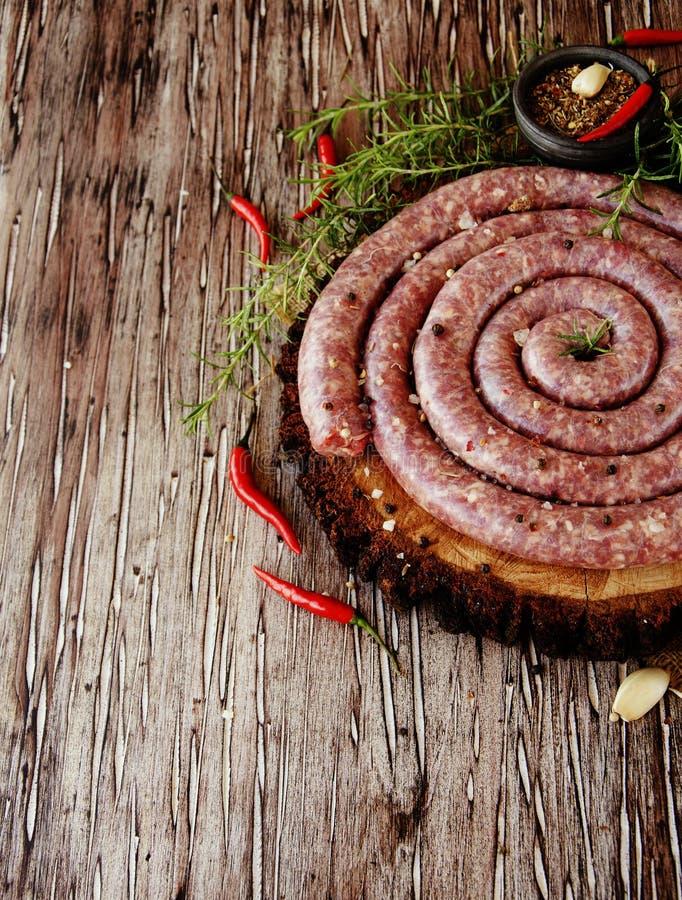Salsichas cruas da carne, foco seletivo imagens de stock