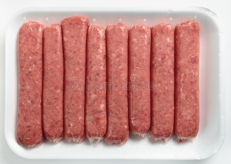 Salsichas da carne em uma bandeja do poliestireno imagens de stock royalty free