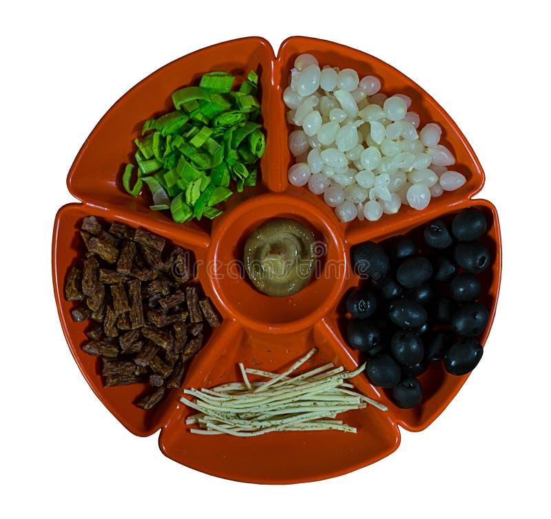 Salsichas das azeitonas do cheshil da cebola ao vinagre da placa e mus ajustados do cogumelo imagem de stock
