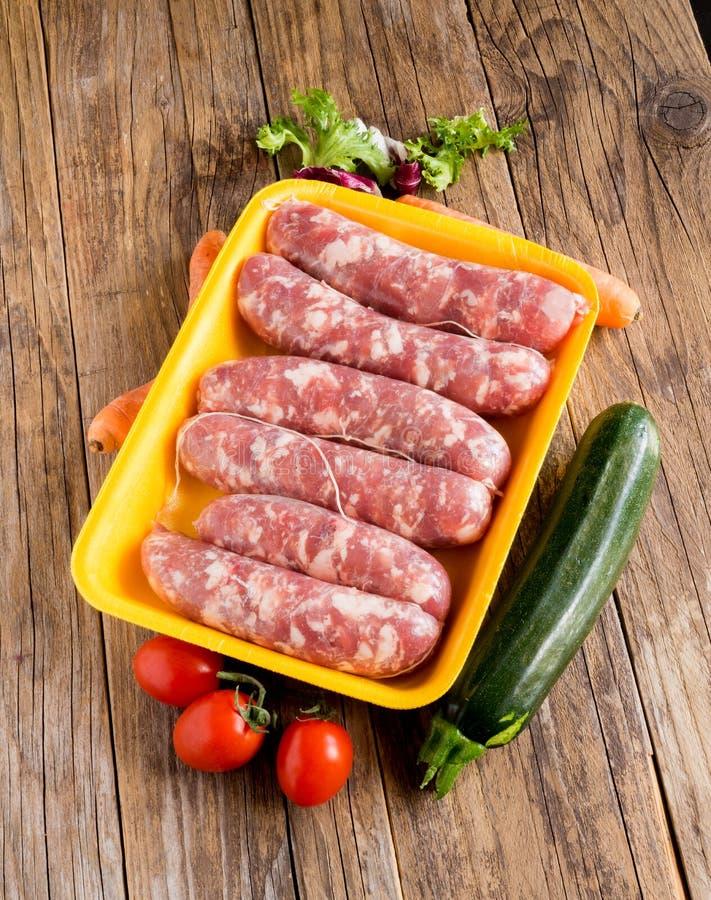 Salsichas de carne de porco na bandeja do poliestireno foto de stock