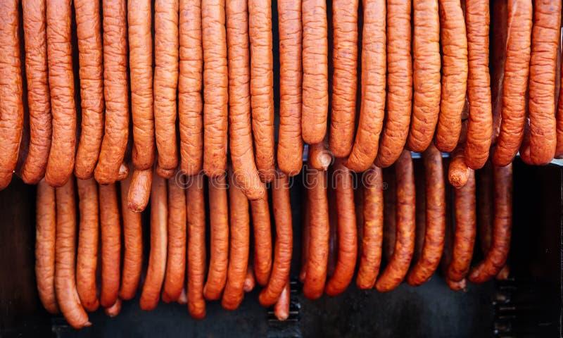 Salsichas de suspensão, alimento tradicional da rua, Praga, República Checa foto de stock