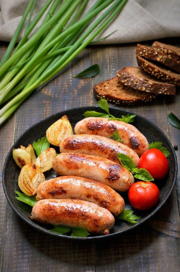 Salsichas do assado na frigideira foto de stock