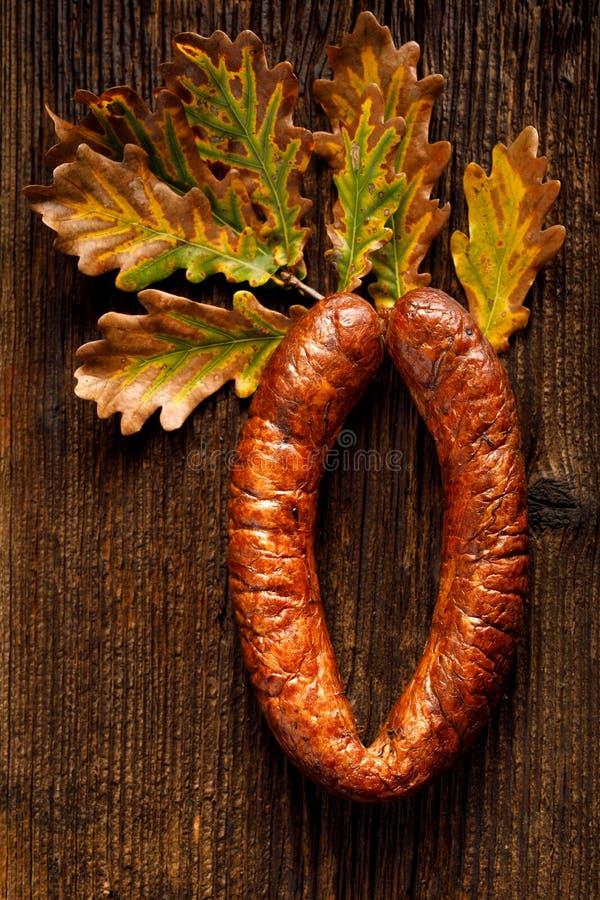 Salsichas, salsichas do casa-estilo em um fundo de madeira, vista superior imagem de stock royalty free