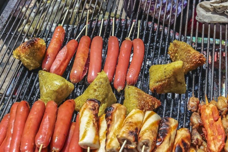 Salsichas e bolinha de massa chinesas grelhadas do arroz foto de stock