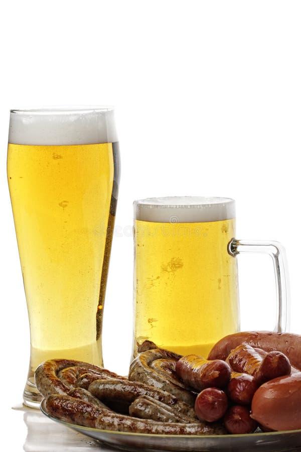 Salsichas e cerveja grelhadas imagem de stock