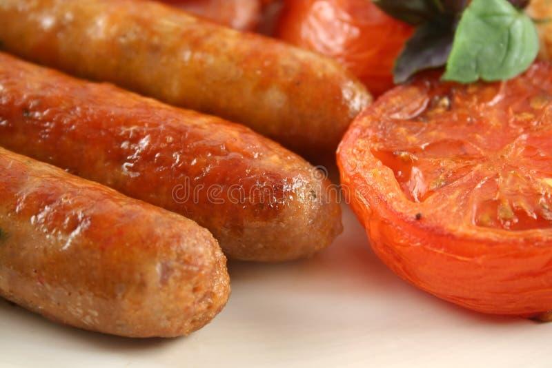 Salsichas e tomate fritado fotografia de stock royalty free