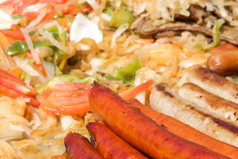 Salsichas e vegetarianos dos cachorros quentes que grelham em uma grade aberta fotografia de stock royalty free