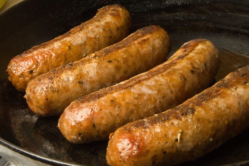 Salsichas em uma frigideira preta foto de stock royalty free