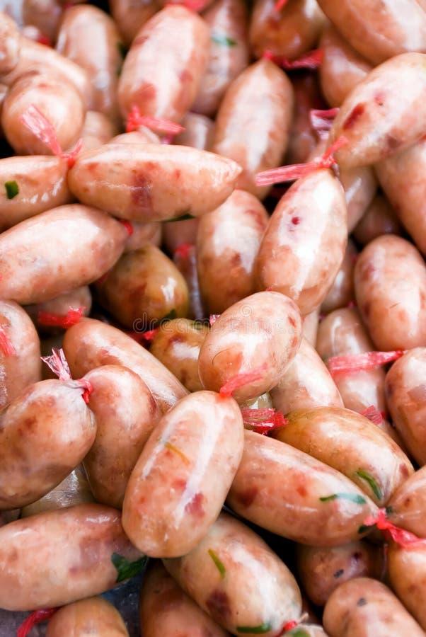 Salsichas frescas no mercado imagens de stock