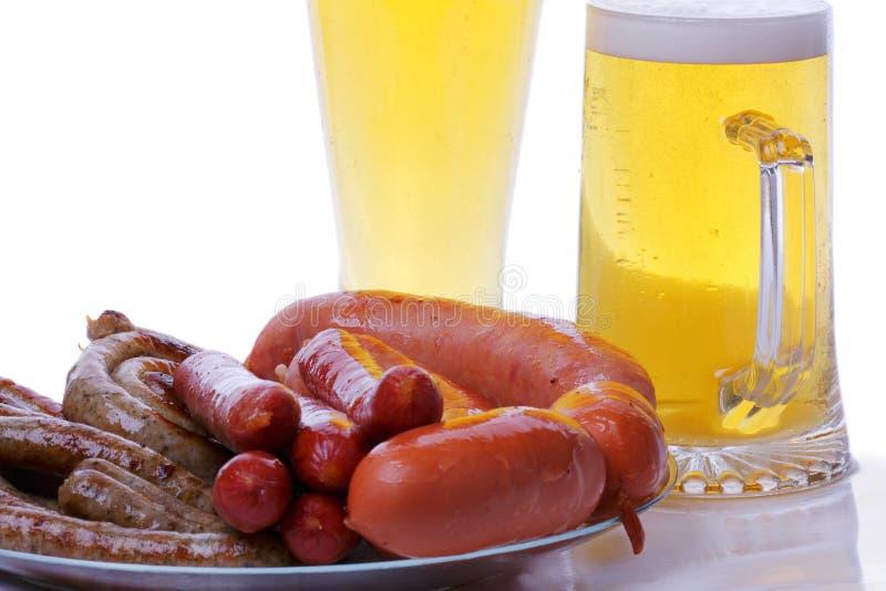 Salsichas grelhadas com cerveja fotos de stock royalty free