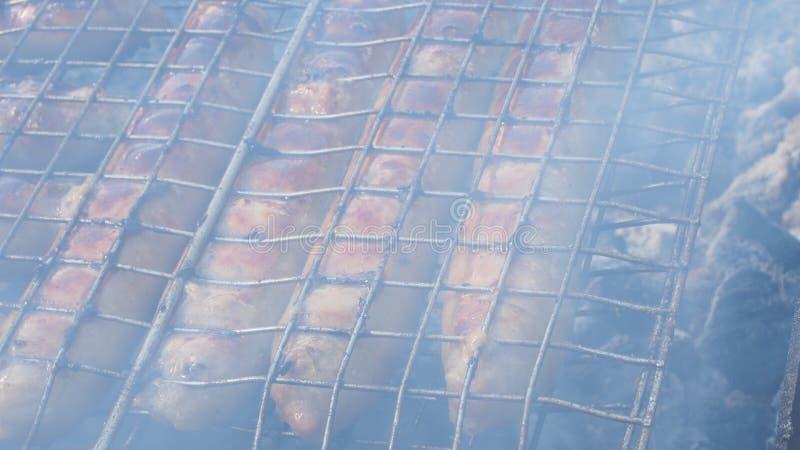 Salsichas grelhadas, cozinhadas na grade barbecue imagens de stock