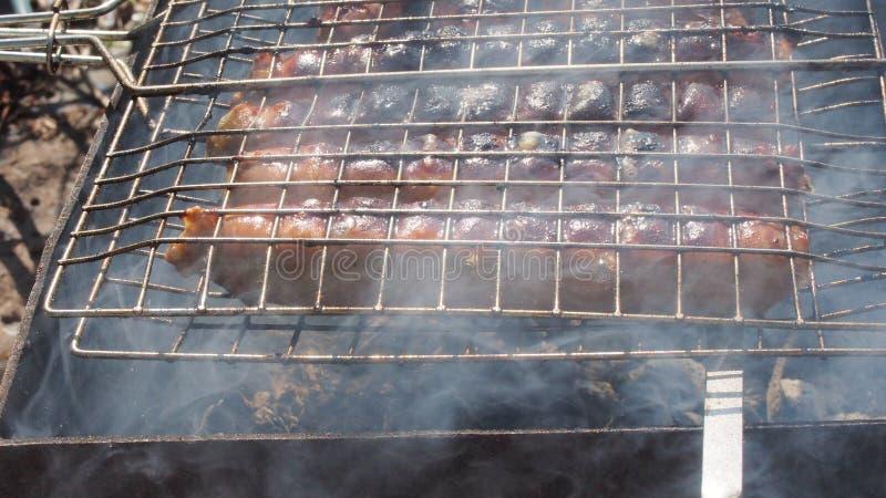 Salsichas grelhadas, cozinhadas na grade barbecue fotos de stock royalty free