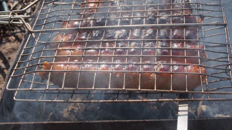 Salsichas grelhadas, cozinhadas na grade barbecue fotografia de stock royalty free