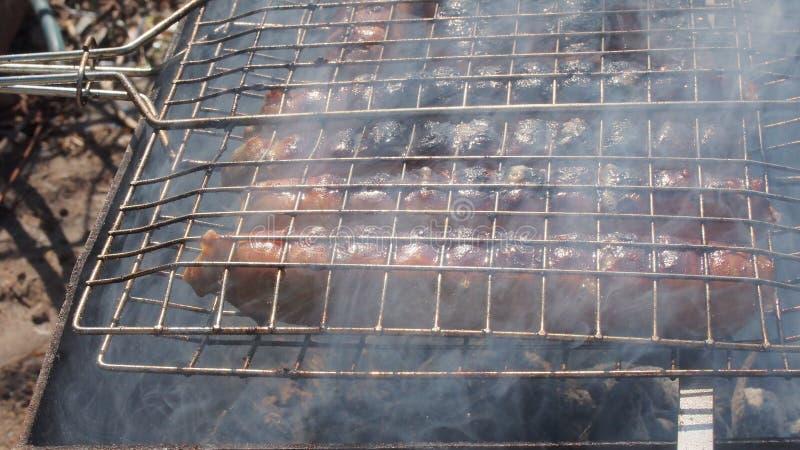 Salsichas grelhadas, cozinhadas na grade barbecue fotos de stock
