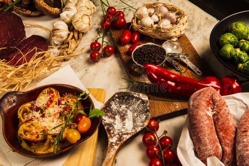 Salsichas, massa e couves de Bruxelas imagem de stock