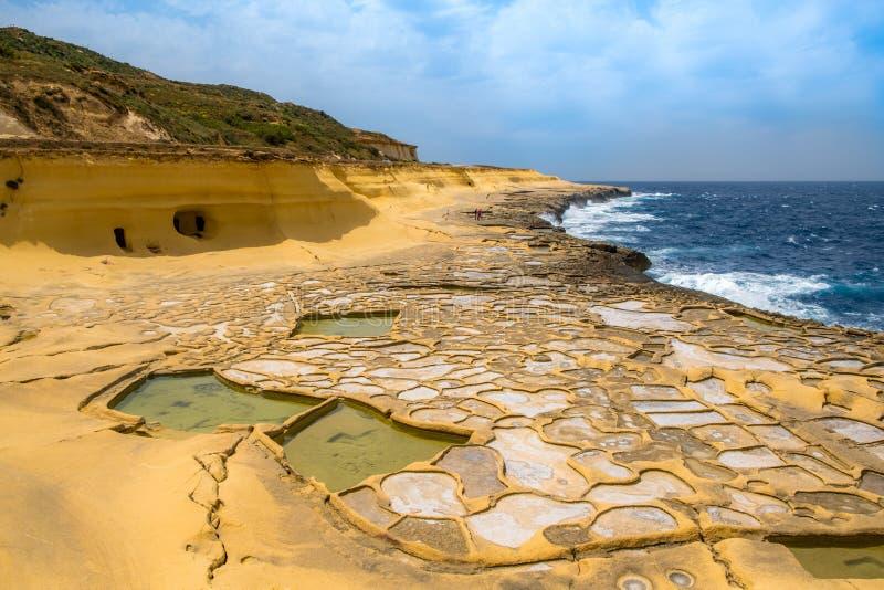 Salt avdunstningdamm som kallas också salterns eller salt, panorerar lokaliserat nära Qbajjar på den maltese ön av Gozo royaltyfria foton