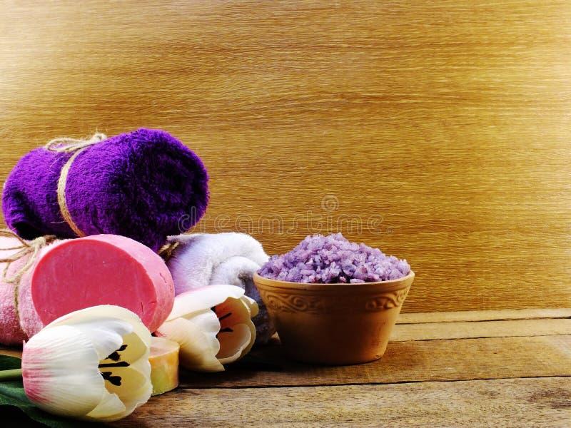 Salt brunnsort för lavendel och rulle av handduken på träbakgrund royaltyfri bild