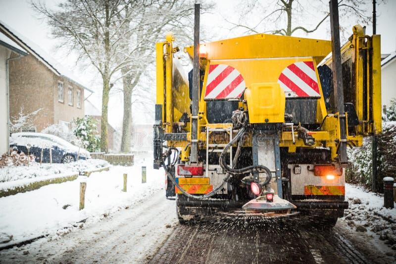 Salt fördelning för lastbil för vintervägunderhåll och sand royaltyfri foto