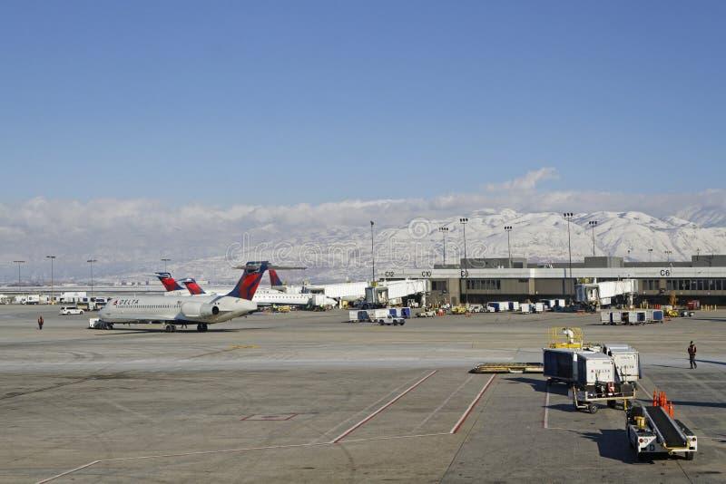 Salt Lake City śnieg na górach i lotnisko obrazy royalty free