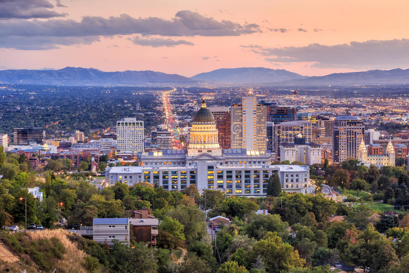 Salt Lake City Utah på natten arkivbild
