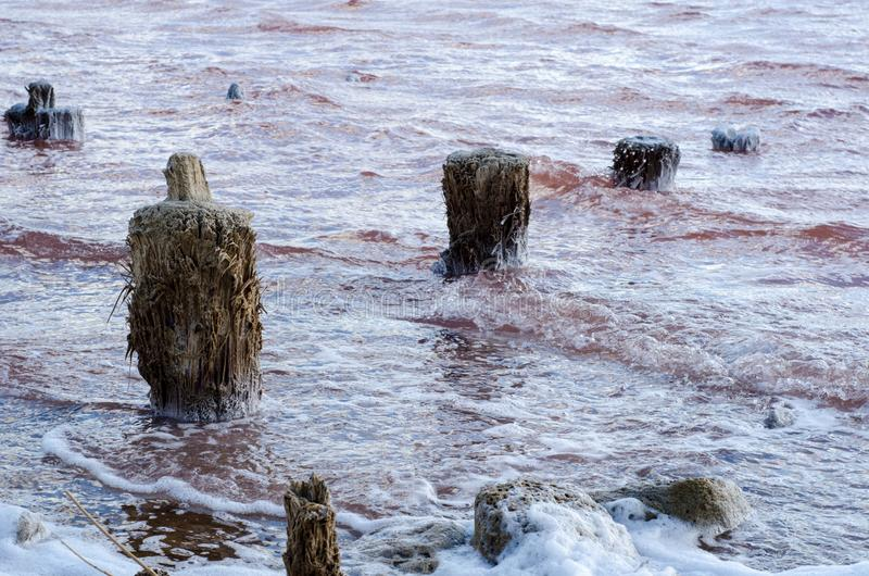 Salt lake Moln p? en bakgrund av r?tt vatten arkivfoto