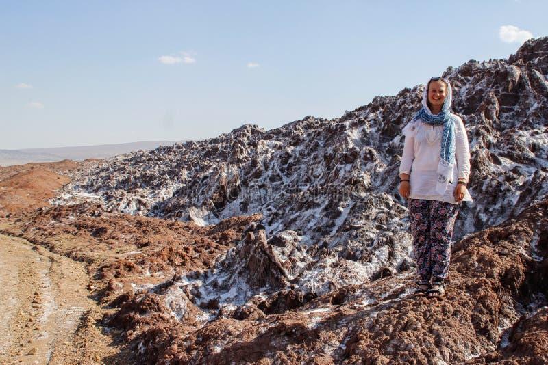 Salt Lake Namak in de provincie van Qom, Iran Perzië en een wit glimlachend toeristenmeisje met een hoofd dat in een sjaal wordt  stock foto's