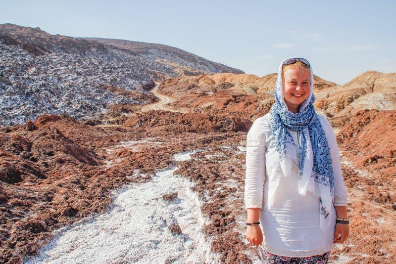 Salt Lake Namak in de provincie van Qom, Iran Perzië en een wit glimlachend toeristenmeisje met een hoofd dat in een sjaal wordt  stock fotografie