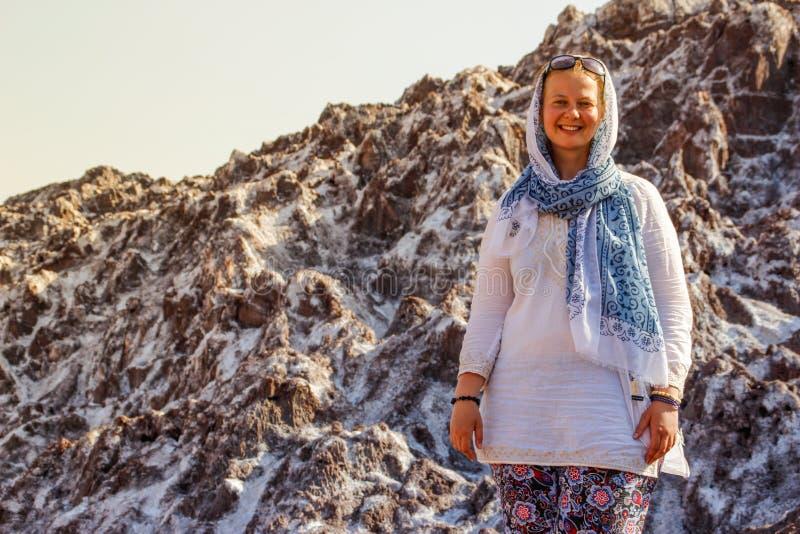 Salt Lake Namak in de provincie van Qom, Iran Perzië en een wit glimlachend toeristenmeisje met een hoofd dat in een sjaal wordt  stock afbeelding