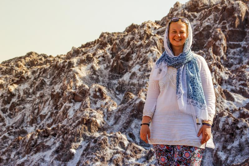 Salt Lake Namak na província de Qom, de Pérsia de Irã e de uma menina de sorriso branca do turista com uma cabeça coberta em um l imagem de stock