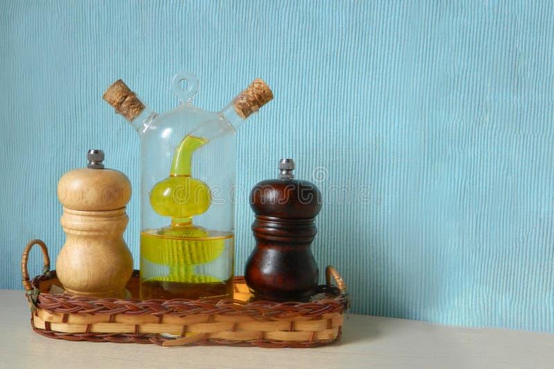 Salt maler pepparmolar och oljaflaskan med två rum Köksgerådtillbehör och kryddor Recept och kokkonst fotografering för bildbyråer