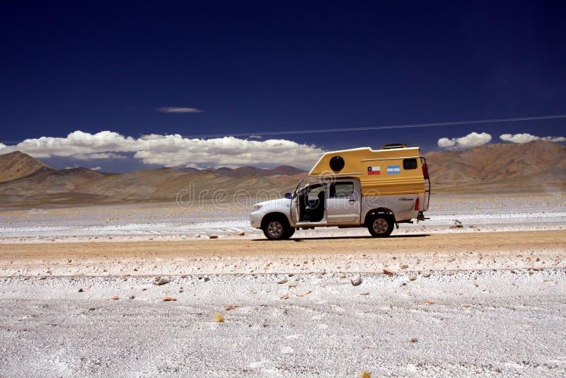 SALT PLAN PLATÅ FÖR MARICUNGA, CHILE - DECEMBER 20 2011 campare för 4 hjul på grusvägen i atacamaöken royaltyfria foton